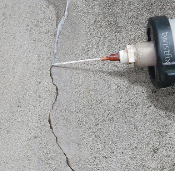Заделывают трещину выравнивая бетонный пол под ламинат