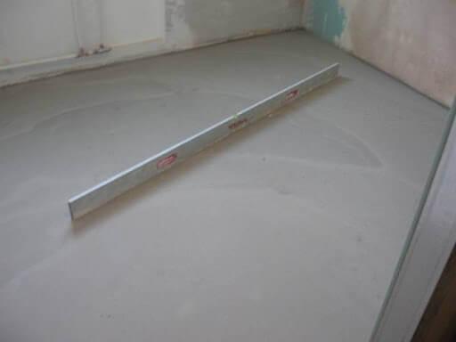 проверка уровнем подготовленного бетонного пола под ламинат