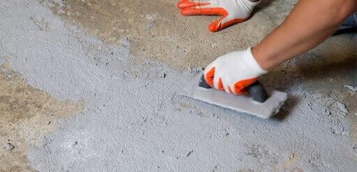 Выравнивание ручной шлифовкой бетонного пола под ламинат