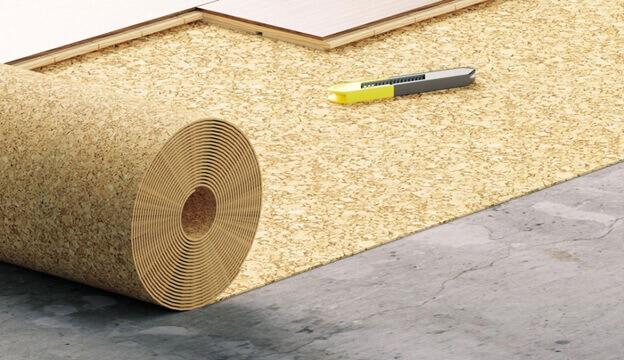 укладка рулона пробковой подложки под ламинат на бетонный пол