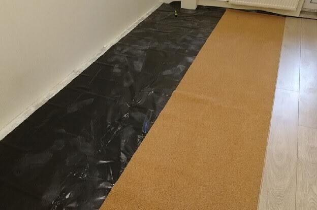 Ламинат лежит на полу с пароизоляцией и подложкой из пробки