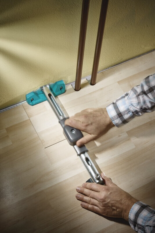 Рабата с инструментом для укладки ламината струбциной