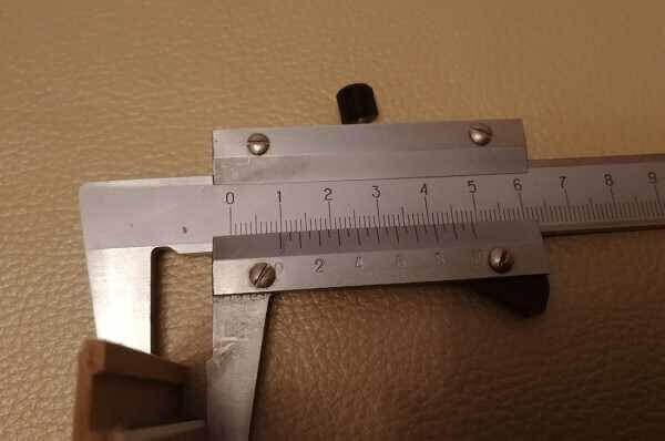Замеряют толщину ламеля чтобы подсчитать вес упаковки ламината