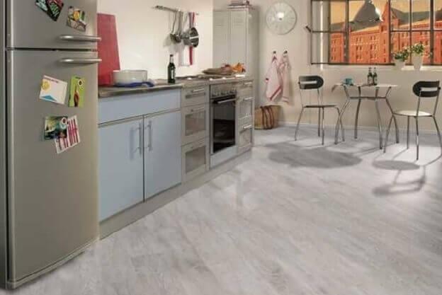 ламинат по диагонали под мрамор зрительно увеличивает небольшую кухню