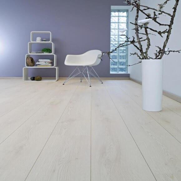 На полу в комнате цвет ламината Allos. Дуб светлый