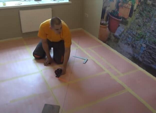 Нанесение разметки по среди комнаты для укладка ламината по диагонали