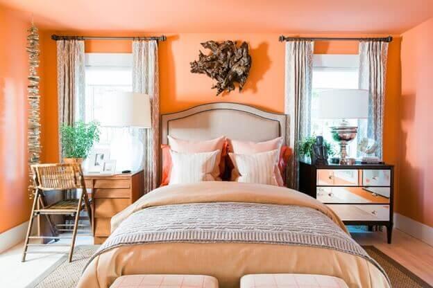 Персиковая спальня разделена пополам двумя цветами ламината