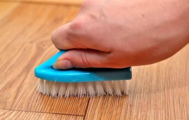 мытье ламината мягкой щеткой