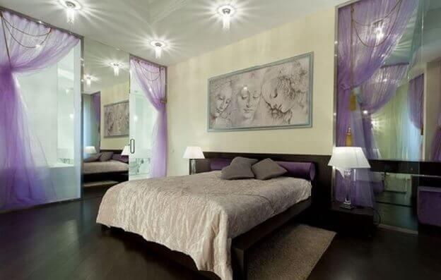 Спальня с темным ламинатом по диагонали на полу