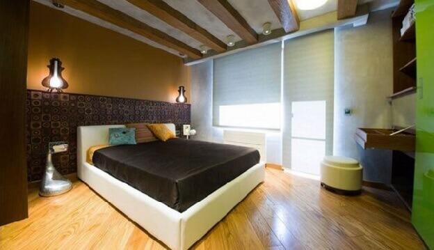 Светлый ламинат по диагонали на полу в спальне