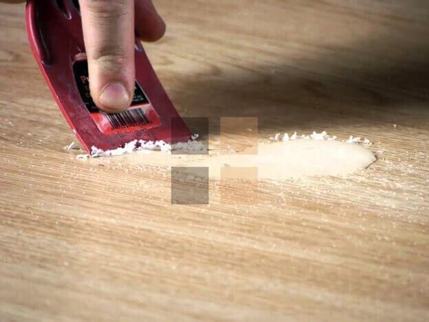очистка ламината от монтажной пены скребком