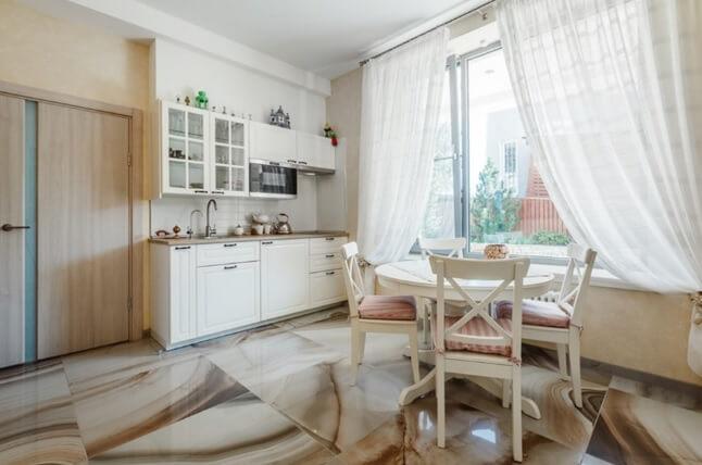 пол из мраморной плитки на кухне