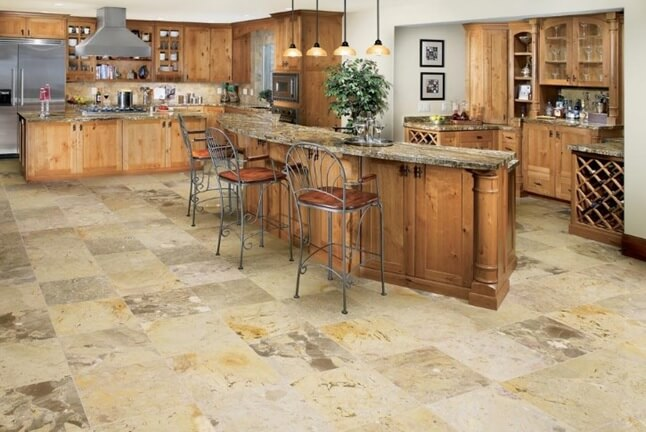 пол из плитки под натуральный камень на кухне