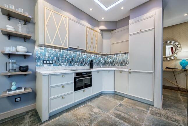 Дизайн крупноформатной плитки с эффектом потертого мрамора на кухне на полу