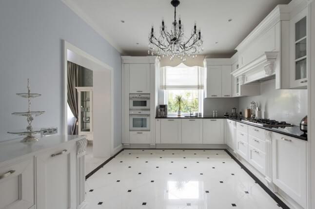 белая плитка на полу в белой кухне