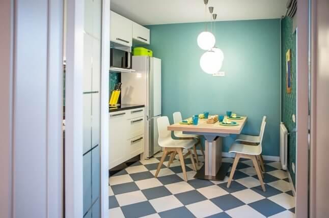 Матовая напольная плитка в интерьере небольшой кухни