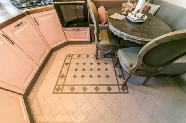Половая плитка ромбом и рисунком на кухне