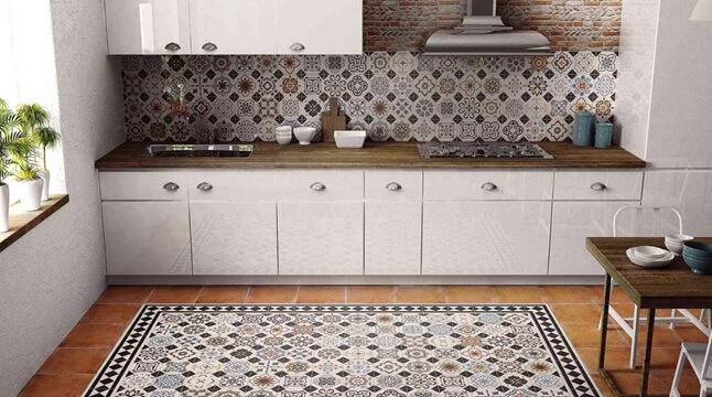 Пэчворк из плитки на полу и стенах кухни