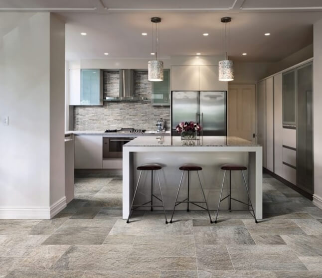 пол из плитки под мрамор на кухне