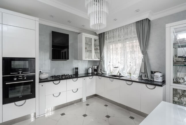 пол из белой плитки с небольшими прямоугольными вставками на кухне