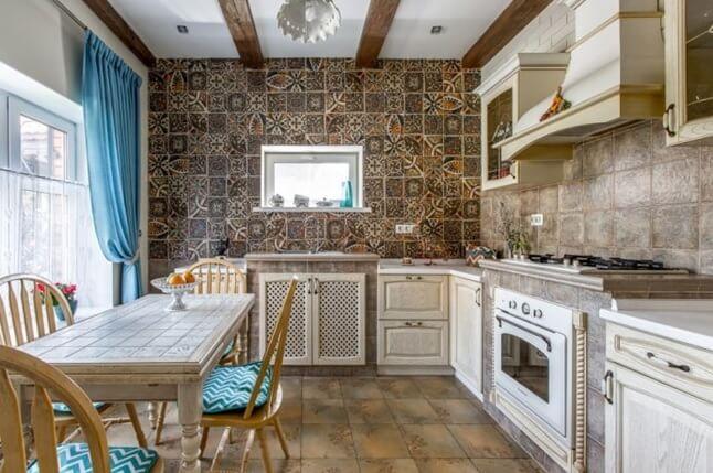 Полы и стены выложены коричневой плиткой на кухне