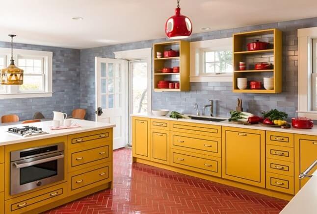 Пол из красной плитки на кухне выложенной елочкой