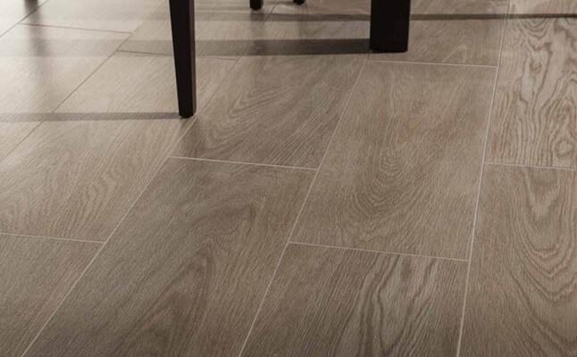 Рельефная керамогранитная плитка на кухне на полу