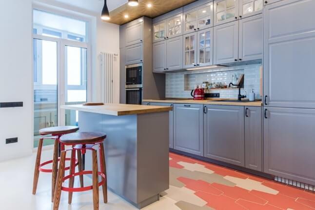 пол из нескольких цветов плитки на кухне