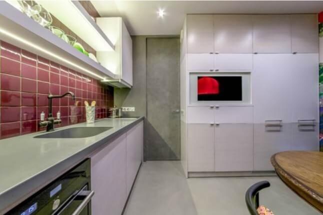 светлая плитка на кухне на полу