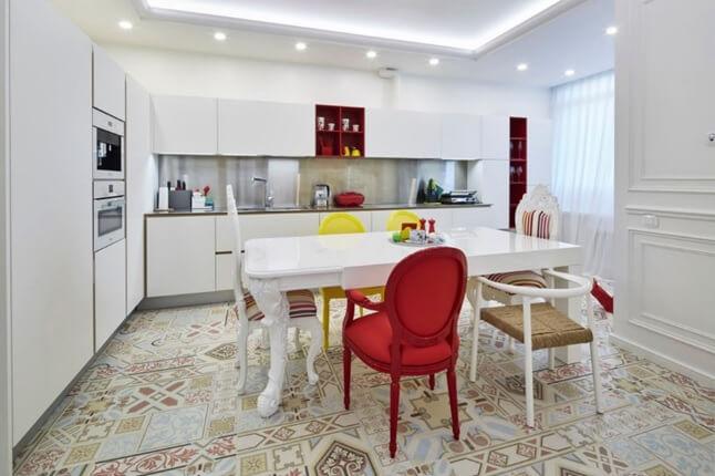 Пол из плитки с уникальным орнаментом на кухне