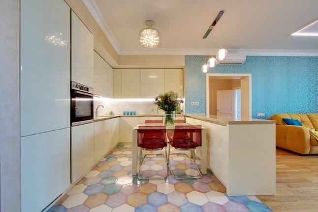 Пол из яркой цветной плитки сотами на кухне