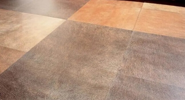 На полу выложена плитка Монокоттура больших размеров