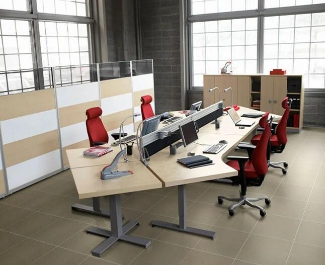 Пол в рабочем кабинете выложен из квадратной плитки