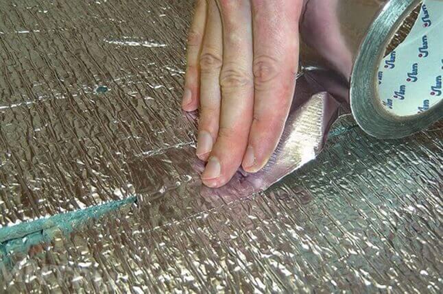 Проклейка стыков теплоизоляции металлизированным скотчем для укладки инфракрасного пола под плитку